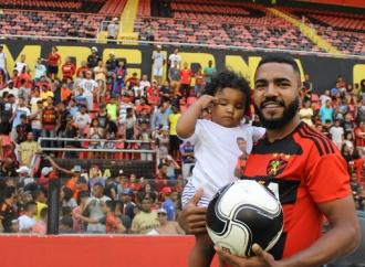 Lateral-esquerdo Evandro comemora tricampeonato pelo Sport