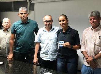 Deborah Cecília recebe escudo da FIFA 2019